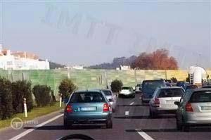 Transito numa faixa de rodagem com três filas de trânsito no